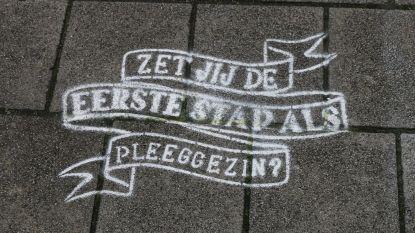 Slogans op trottoir zetten pleegzorg in de kijker