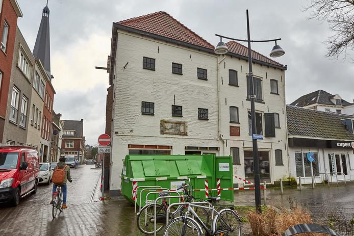 Het oude pakhuis aan de Basseroord waar jongerenappartementen moeten komen.