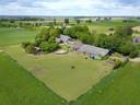 Het lijkt een vredig plattelandstafereel, maar in een schuur van deze boerderij in Achter-Drempt werd in mei een groot drugslab gevonden.
