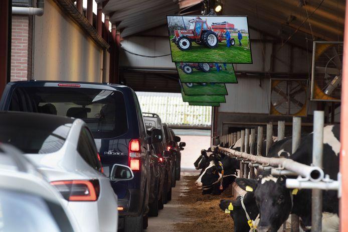 Voor de drive-through condoleance reden de auto's door de koeienstal van de overleden Jacob van der Linde.
