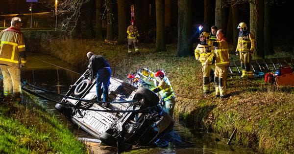 Gewonde bij ernstig ongeluk in Wezep: automobilist bekneld na crash in water.