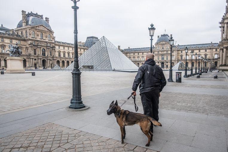 Het Louvre in Parijs is al langer gesloten, de straten van Parijs nu ook.  Beeld Joris Van Gennip