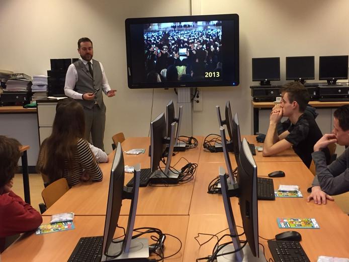 Klaas Dijkhoff geeft gastles Cyber Security op het Newmancollege in Breda