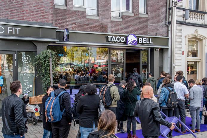 Drukte bij de opening van Taco Bell op het Heuvelplein.