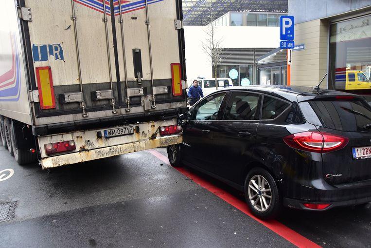 Een dwarsbalk achteraan de oplegger boorde zich in de geparkeerde wagen.