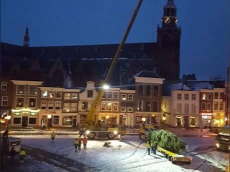 Markt opgesierd met kerstboom vanwege Gouda bij Kaarslicht