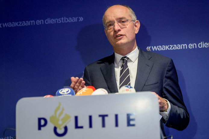 Burgemeester Onno van Veldhuizen op de persconferentie na de viervoudige moord in Enschede vorig jaar