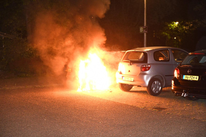 De brandende Citroën in de Goudse Plaswijckweg.