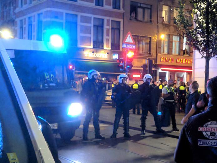 De Belgische politie barricadeert de straat na het uitbreken van de massale vechtpartij afgelopen vrijdag in de Brederodestraat in Antwerpen.