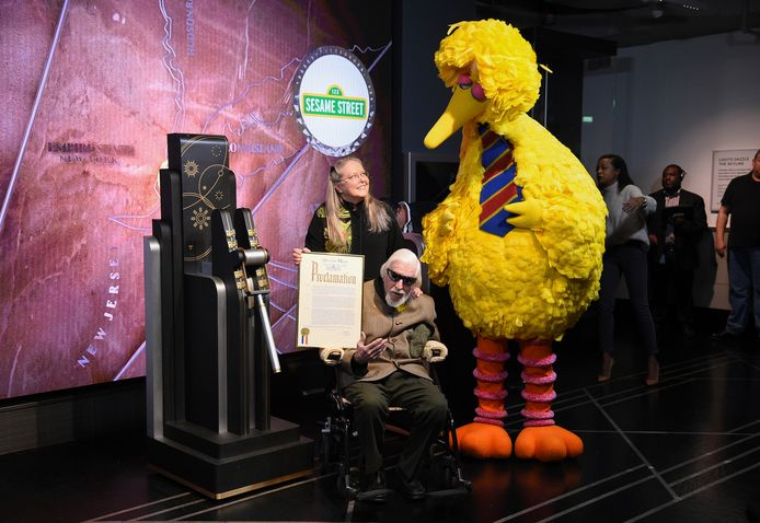 Caroll Spinney naast Big Bird.