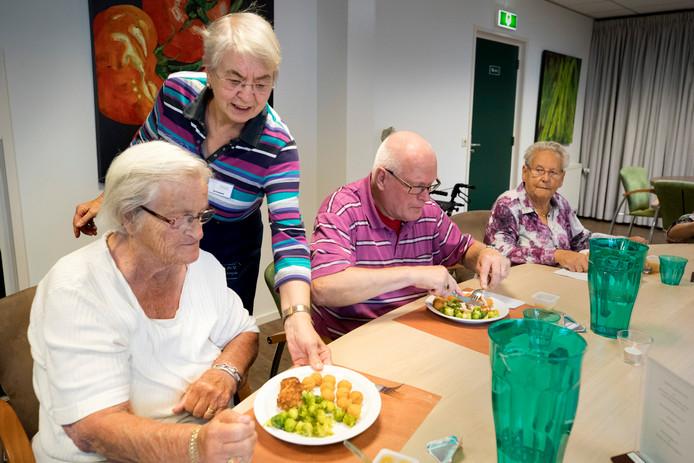Ria Kreijeveld verzorgt de lunch met een aantal andere vrijwilligers voor het Kloosterhof.
