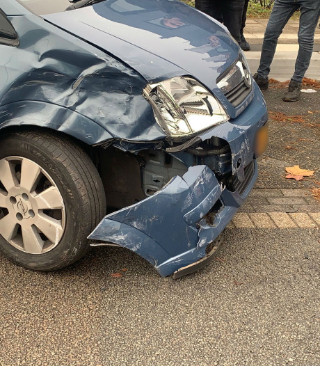 Frontale botsing met auto's in Eindhoven, bestuurder lichtgewond