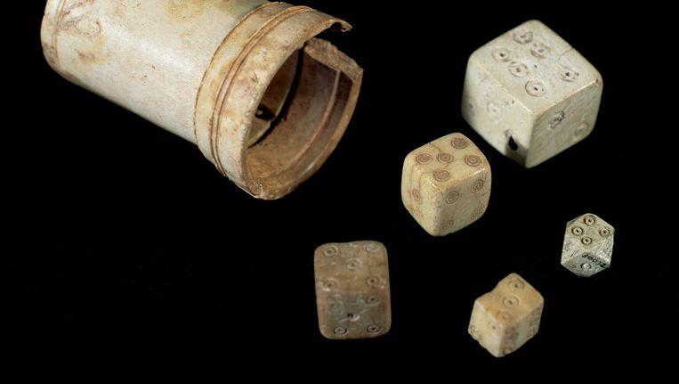 'Bij veel opgravingen worden gevonden dobbelstenen gemakkelijk terzijde gelegd, omdat het wel grappig is maar weinig aan de geschiedenis leek toe te voegen. Wij laten zien dat dobbelstenen belangrijke extra informatie kunnen geven.' Beeld  Alamy Stock Photo.