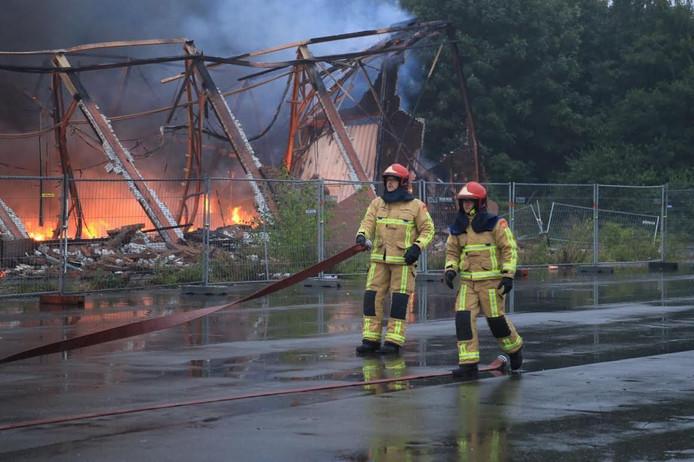 Brandweermannen aan de slag bij de brand