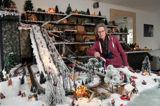 """Elke dag staat MarionReijnhout bij haar eigen gebouwde kerstdorp. ,,Dan zie ik daar een stel kinderen elkaar met sneeuw inpeperen en dan schiet ik gewoon in de lach."""""""