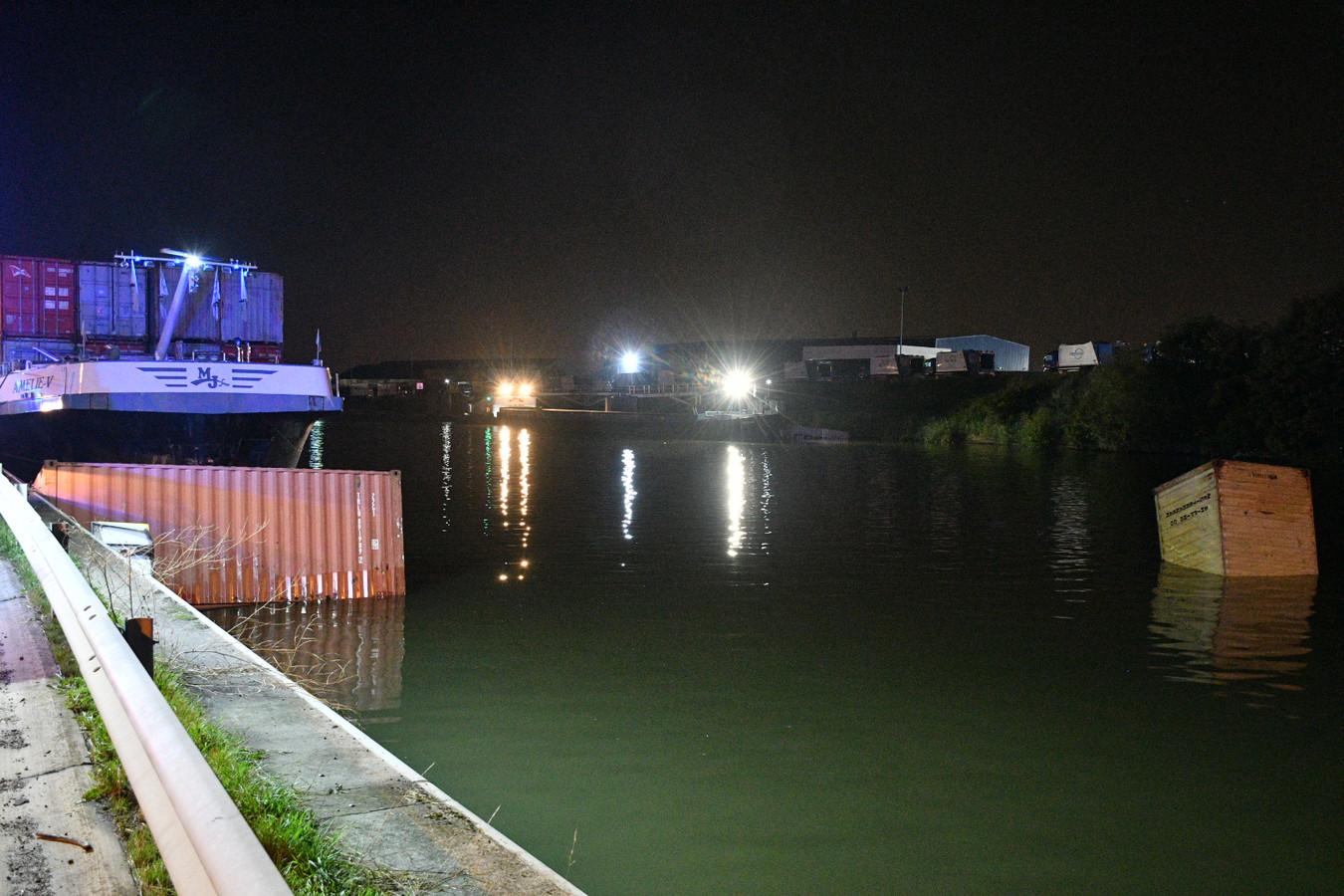 WILLEBROEK - Van de drie containers die in het water belandden, zonk er een. De twee anderen werden beveiligd langs de kant.