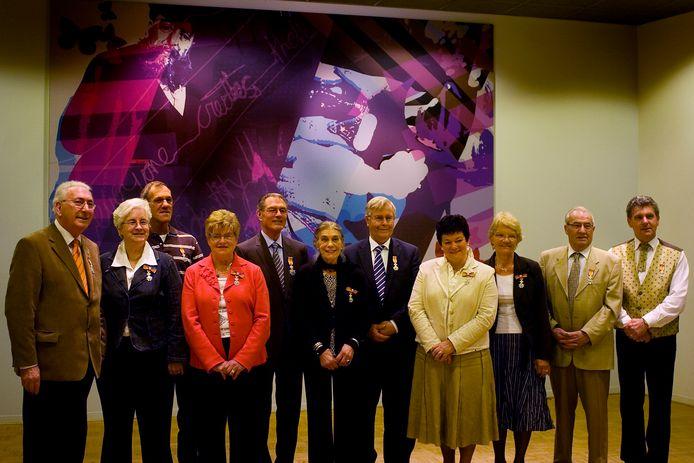 In 2008 was Janus de Vries (helemaal links) een van de koninklijk gedecoreerden in Oisterwijk.