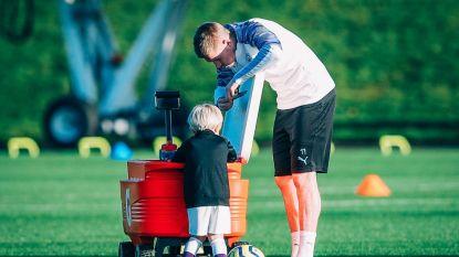 """""""Cute alert"""": De Bruyne verschijnt met zoontje (3) op trainingsveld City"""