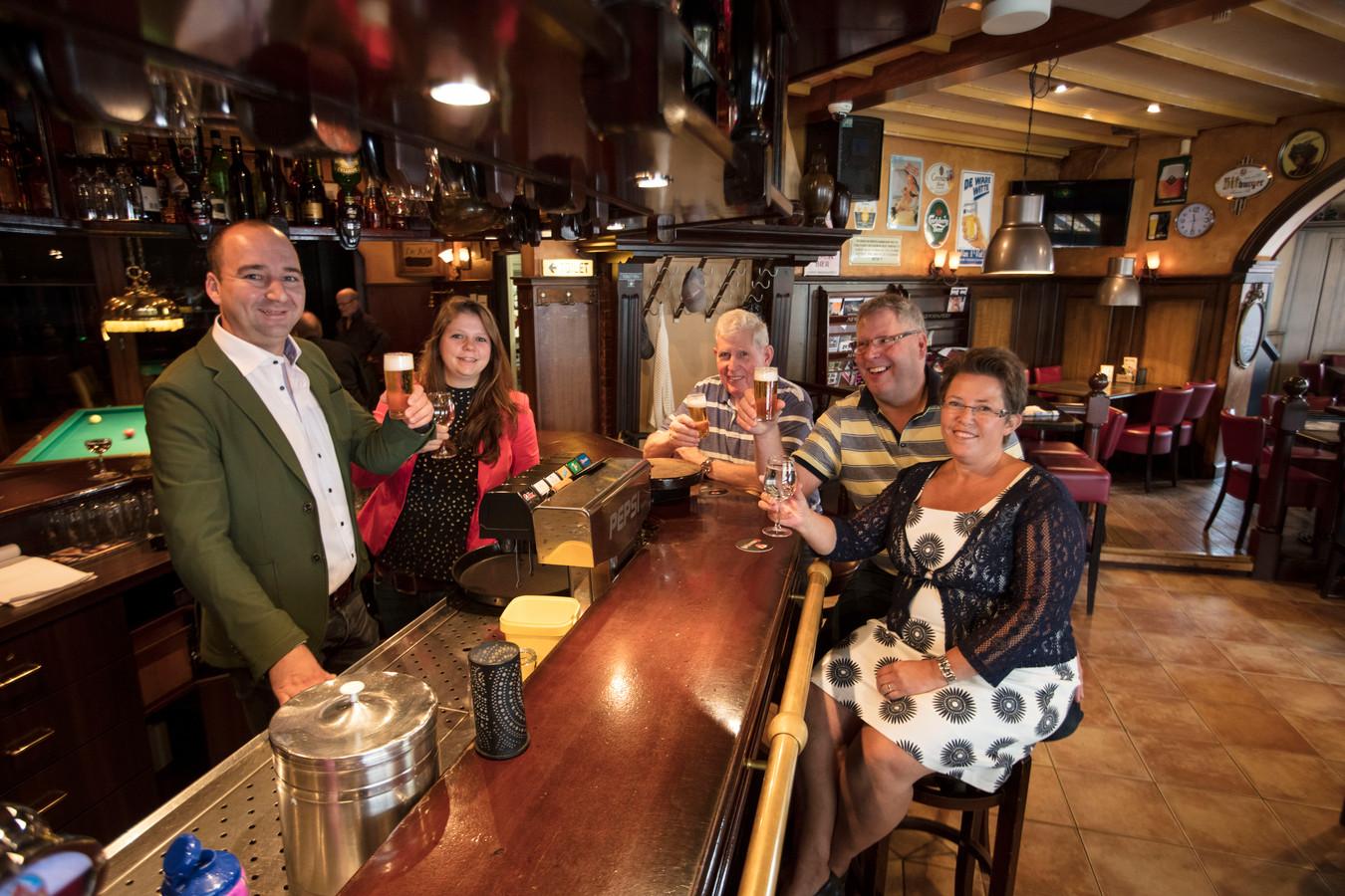 Sander van Bokhoven en Ilse Aarts (achter de bar) nemen café Jan van Hoek in Asten over van Peter en Jose van Hoek. In het midden zit oprichter en naamgever Jan van Hoek.