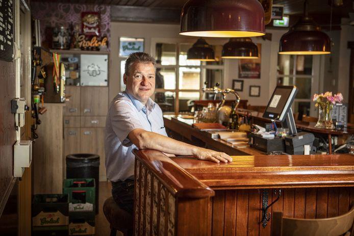 Richard Steggink stond al in zijn jonge jaren achter de tap van het café. Tot in de late uurtjes voorzag hij zijn klanten van drank.
