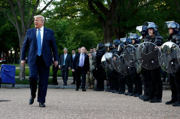 De Amerikaanse president loopt na zijn toespraak langs ordehandhavingstroepen in Washington D.C.