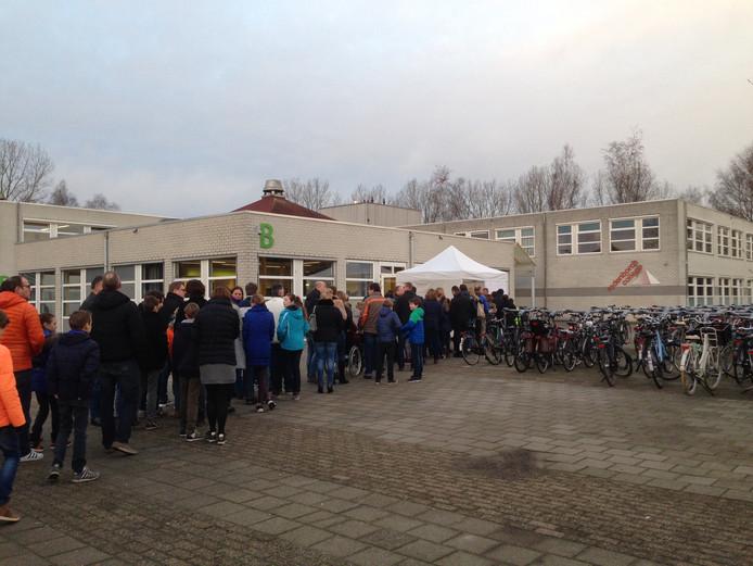 Bij het Rodenborch College stond 's ochtends om 9.00 uur al een dikke rij wachtende mensen
