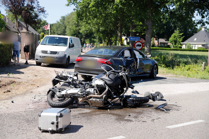 De motorrijder raakte gewond en is met spoed naar het ziekenhuis gebracht.