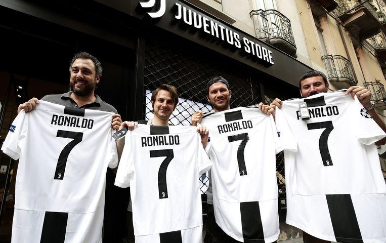 Trotse eigenaren van een nieuw shirt met de naam en het rugnummer van Ronaldo. Beeld null