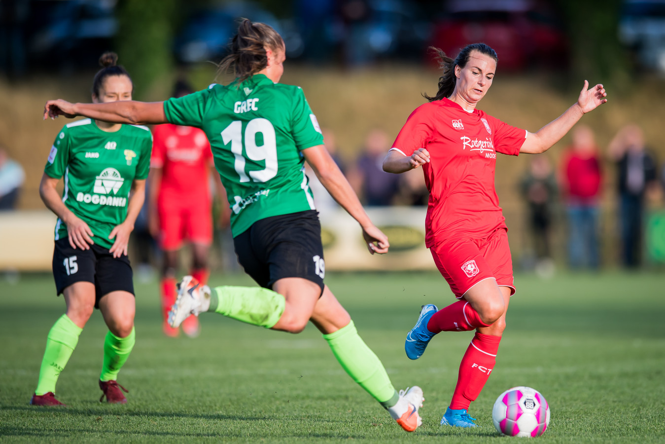 Renate Jansen duelleert namens FC Twente Vrouwen met Malgorzata Grec.