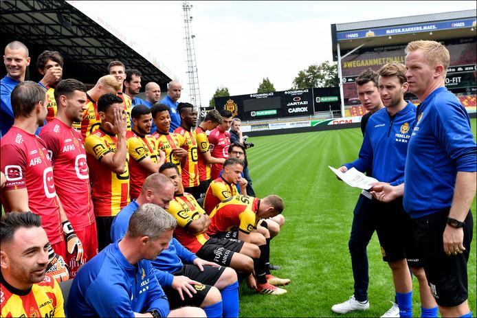 De selectie van KV Mechelen bij het maken van de teamfoto van dit seizoen.