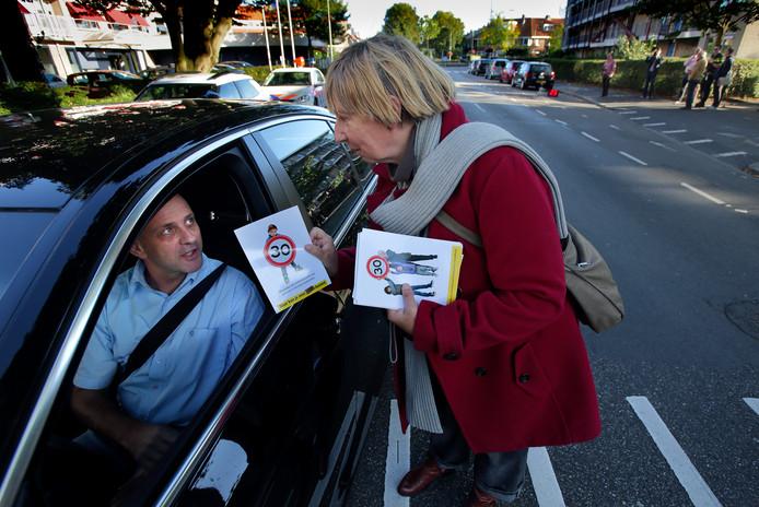 2016: De Partij van de Partij (PvdA) houdt een verkeersactie in de Bankastraat in Dordrecht.