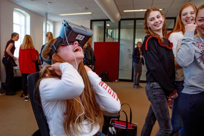 Leerlingen van het Beatrix College zijn op bezoek bij MindLabs, nu nog in het Deprezgebouw, om hen te interesseren voor techniek. Leuk om Virtual Reality te ervaren.