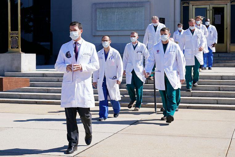 Trumps arts Sean Conley en zijn medische team geven zaterdag een persconferentie over de huidige gezondheidstoestand van de president. Beeld AP