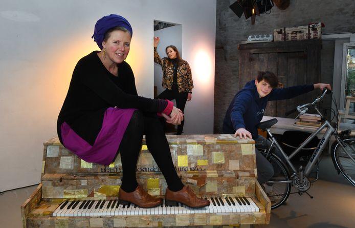 Het minitheater van Nicoline van Beek en haar kinderen.