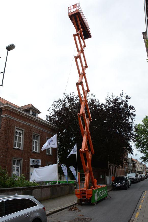 Omdat het dak van de pastorij iets te laag was, werd een hoogtewerker geplaatst voor de zendantenne.