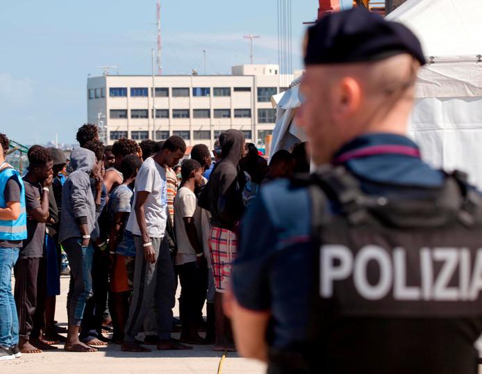 Immigranten staan in de rij, kort nadat ze zaterdag van boord gegaan zijn in de Zuid-Italiaanse haven Reggio Calabria. Gisteren weigerde de Italiaanse regering een ander schip de toegang tot een van de havens.