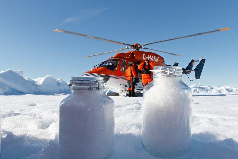 Onderzoekers van het Alfred Wegener Institute gebruiken de helikopter om sneeuwmonsters te maken in het poolgebied. Beeld Alfred Wegener Institut