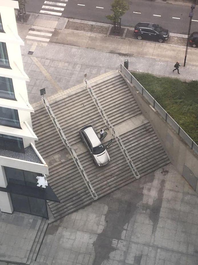 De wagen kwam vast te zitten halverwege de trap.