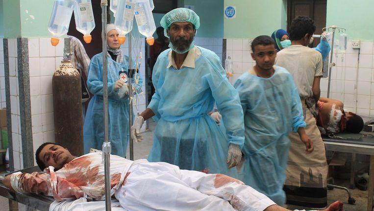 Een Jemenitische man, die gewond is geraakt bij de bombardementen, wordt behandeld in een ziekenhuis in Aden. Beeld afp