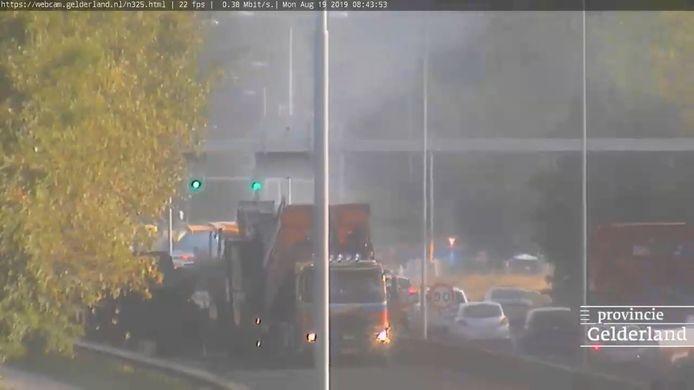 De Pleijroute in Arnhem maandagochtend om 8.45 uur. Er wordt hard gewerkt op de afgesloten rijbaan. Op de andere weghelft stroomt het verkeer gewoon door.