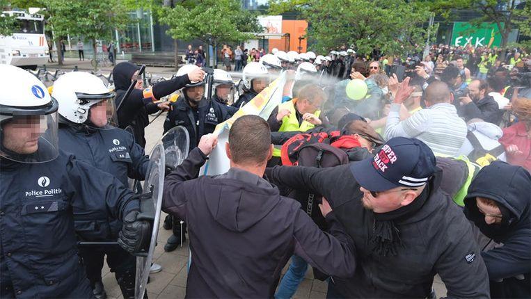 De politie zet pepperspray in tegen enkele betogers.