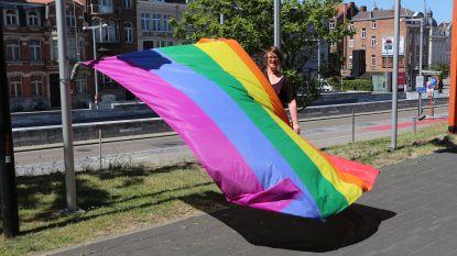 """Regenboogvlag wappert aan Leuvens stadskantoor: """"Holebivrije zones in Polen zijn discriminerend"""""""
