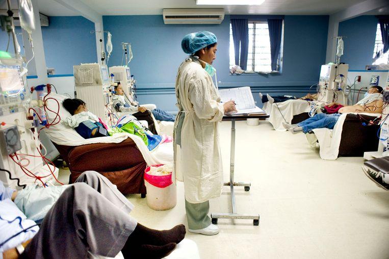 Grote drukte op de afdeling nierdialyse van het Rosales staatsziekenhuis in El Salvador. Beeld piet den blanken