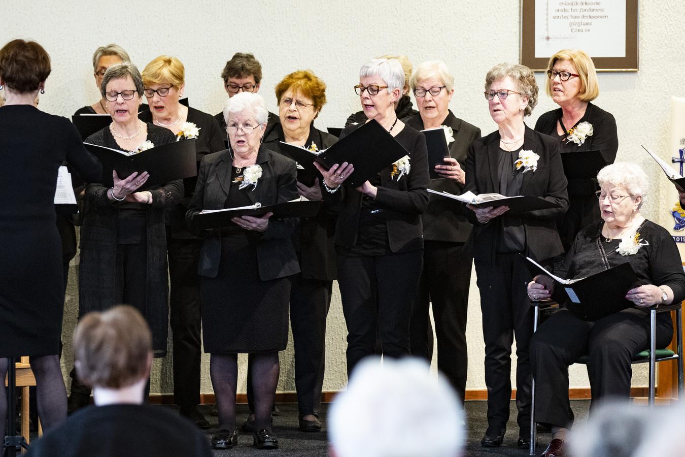 Korenfestival in Wierden met optredens van 6 koren uit Wierden en Enter. O)p de foto het vrouwenkoor uit Wierden in actie