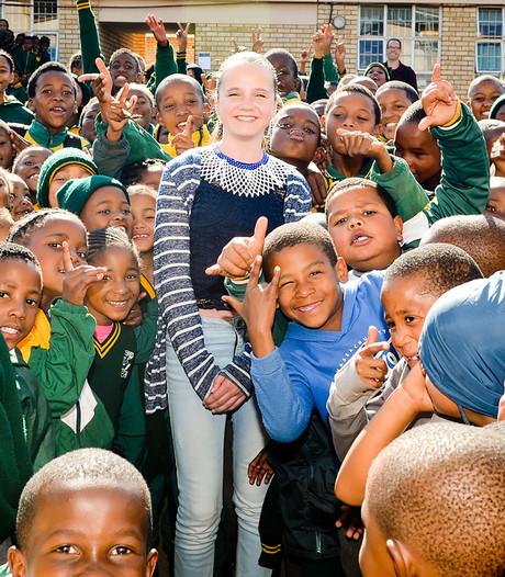 Amira, dé operaster van Zuid-Afrika, opent haar vierde speeltuin