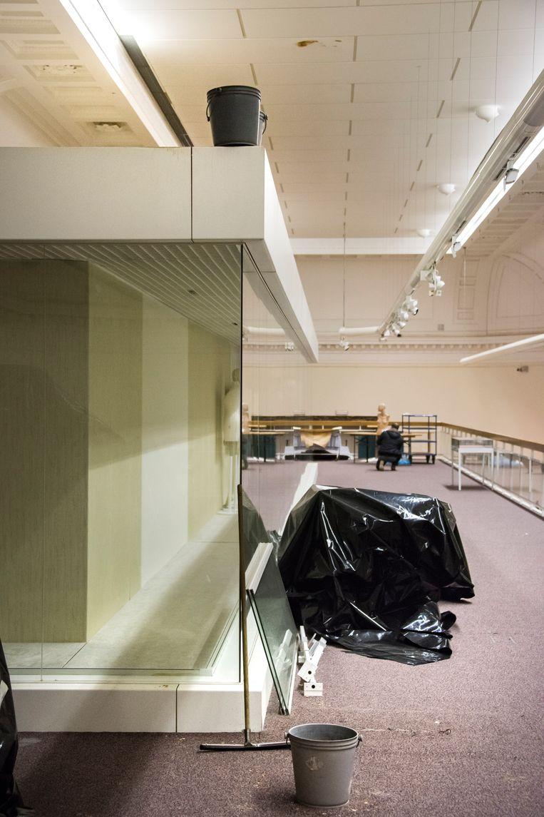 water in jubelparkmuseum: her en der staan er emmers op het water op te vangen