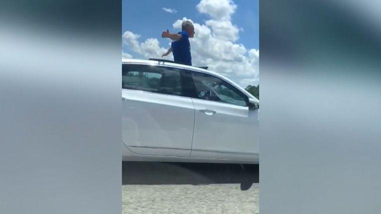 Man opgepakt nadat hij met auto rijdt door open dak