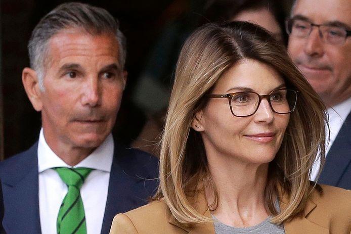 L'actrice Lori Loughlin, devant, et son mari, le créateur de vêtements Mossimo Giannulli, à gauche, quittent le tribunal fédéral de Boston après une audience dans un scandale de corruption des admissions dans les universités du pays.