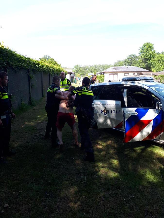 De politie pakt een man op de kort daarvoor een vrouw bij plas 't Hilgeholt heeft aangerand.