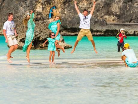 Familie betaalt 7.400 euro per maand voor iemand die mee op vakantie gaat en foto's maakt
